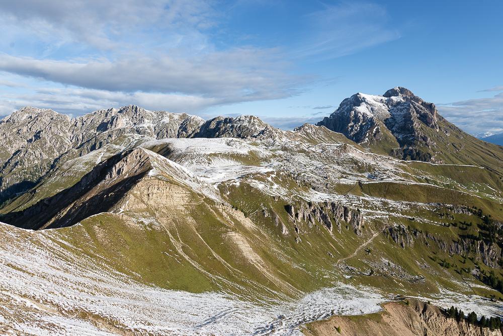 Herbstliche LandsHerbstliche Landschaft der Dolomiten mit Kreuzkofeljoch, Peitlerkopfel und Villnößer Geisler Gruppe im Sonnenschein am Morgen, Südtirol, Italien
