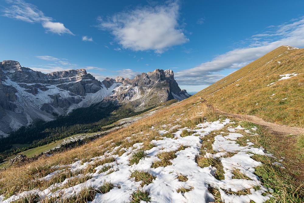 Herbstliche Landschaft in der Puez-Geisler-Gruppe der Dolomiten mit Geislerspitzen, Puezspitzen, Medalgesalm im Sonnenschein am Morgen, Südtirol, Italien