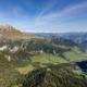 Das Campilltal mit dem Peitlerkofel in den Dolomiten vor dem Panorama des Alpenhauptkamms im Herbst im Sonnenschein, Südtirol, Italien