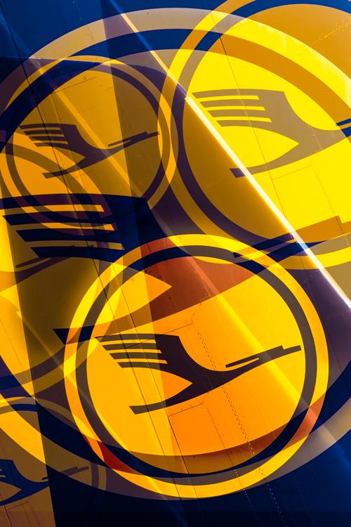 Das gelbe Kranich-Logo der Lufthansa auf einem blauen Seitenleitwerk eines Flugzeugs