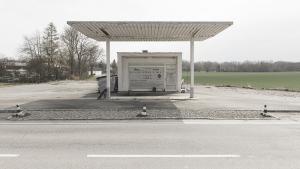 Gebäude einer geschlossenen Tankstelle an einer Landstraße