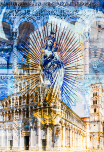 Steinerne Statue der Madonna mit Kind und goldenem Strahlenkranz an der Fassade der romanischen Basilika San Michele in Foro, Lucca, Toscana, Italien